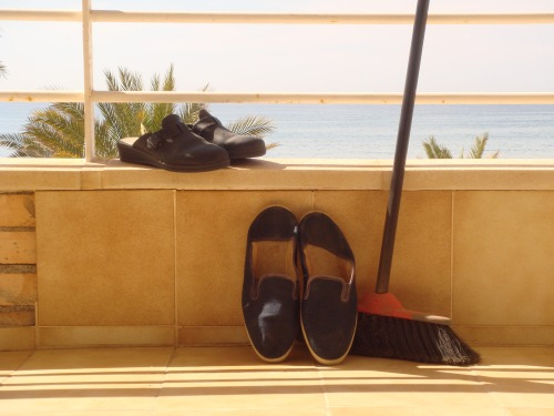 la platja a dins les sabatilles